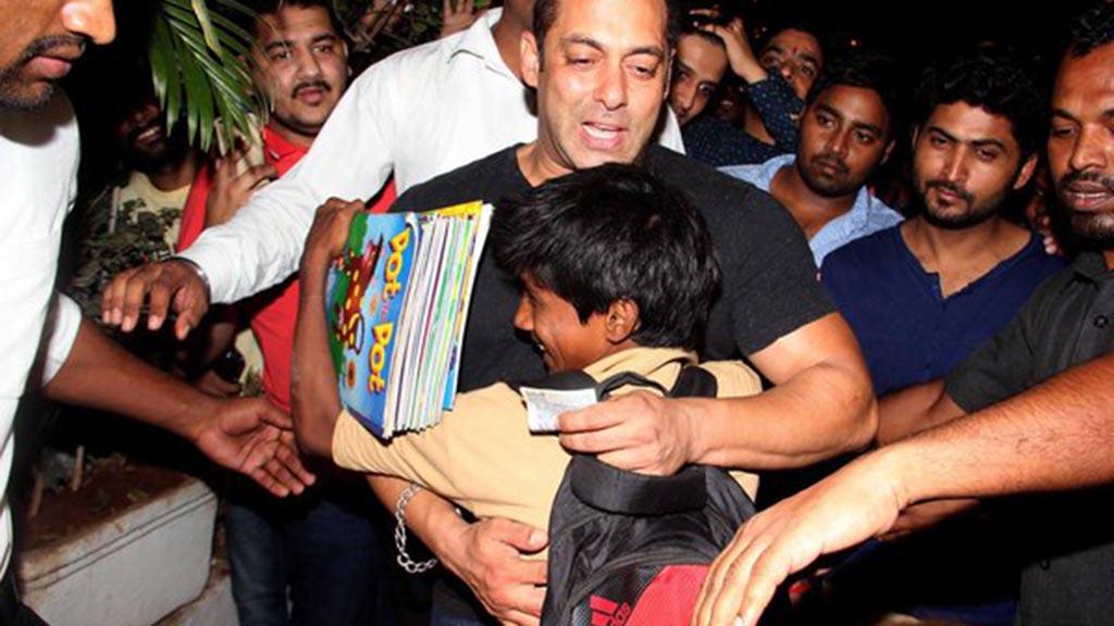 بالصورة.. سلمان خان يحتضن 30 طفلا في موقع تصوير فيلمه Sultan