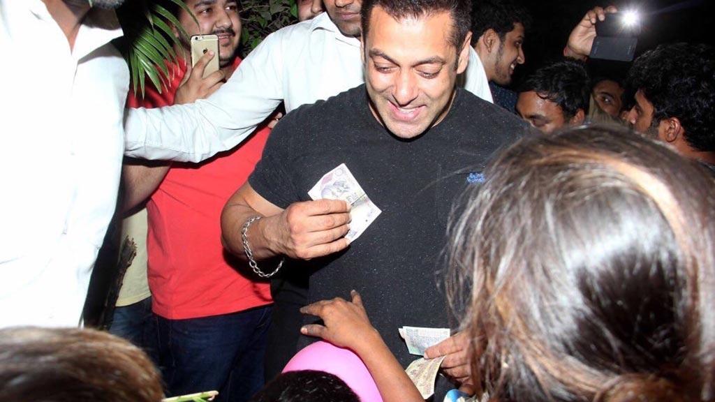 إنسانية فوق العادة.. سلمان خان يتبرع بأمواله لعدد من الأطفال الفقراء.. شاهده