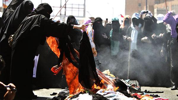 يمنيات أضرمت متظاهرات يمنيات النار في البراقع وسط صنعاء.