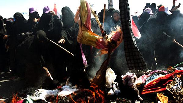 أكوام من البراقع وأغطية الرأس كومت وسط صنعاء وأضرمت فيها النيران