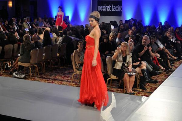 فستان أحمر حرير خاص بالسهرات