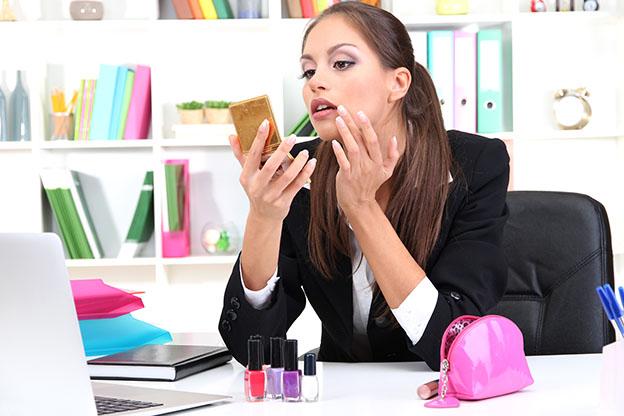 ساعات العمل الطويلة تقتل العلاقة الزوجية