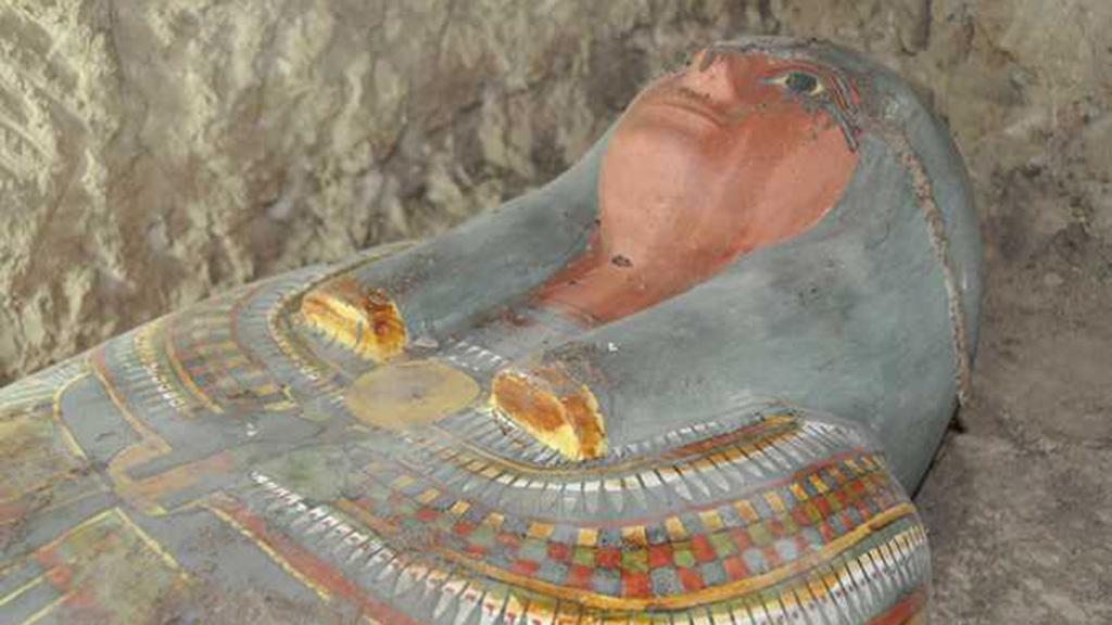 اكتشاف مقبرة فرعونية في الجزء الخارجي من الجدار الجنوبي لمعبد الملك تحتمس الثالث بالأقصر.