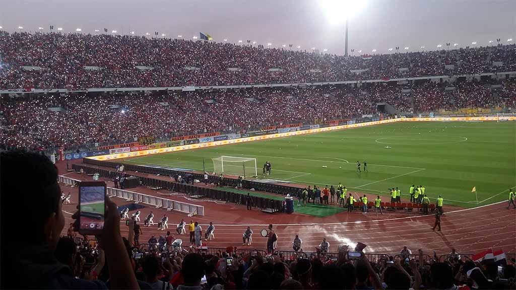 جمهور مصر يضئ الملعب كاملا بفلاش الموبايل من أجل تشجيع المنتخب