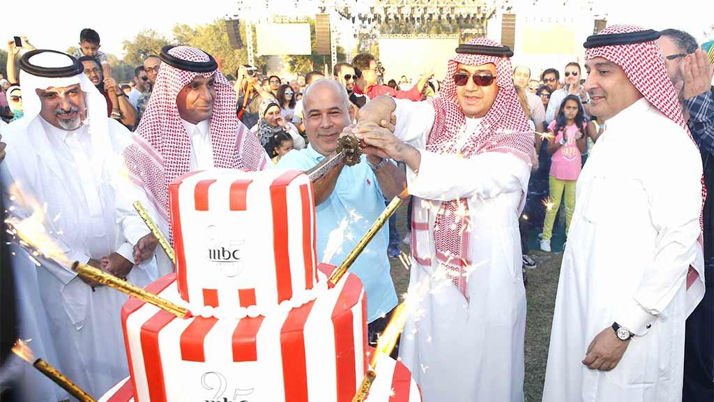 الشيخ وليد آل ابراهيم يقطع كعكة العيد وإلى يساره الأستاذ علي الحديثي