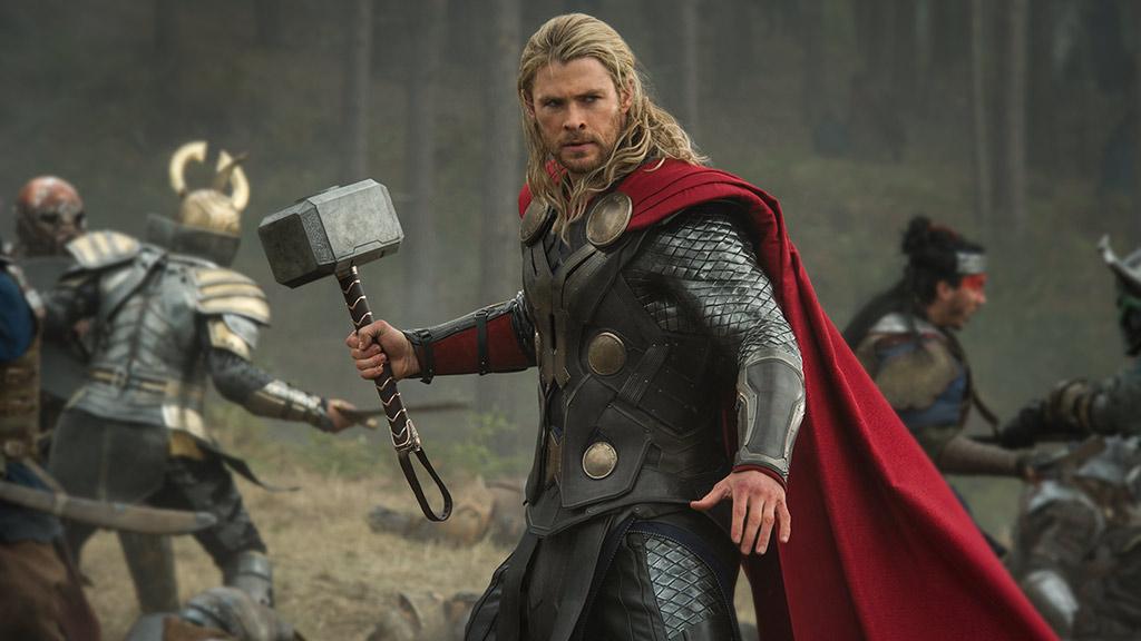 فيديو: كريس هيمسورث يستعين بقدرات Thor الخارقة ويحرز رمية سلة مدهشة