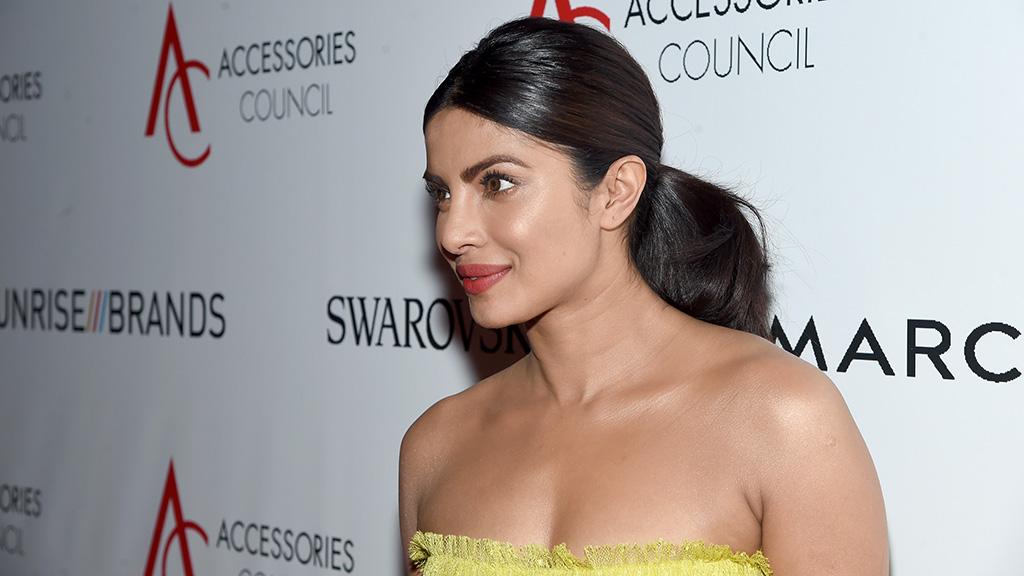 فستان بريانكا شوبرا الأصفر الكناري يجعلها تبدو أكثر طولا.. شاهد إطلالتها
