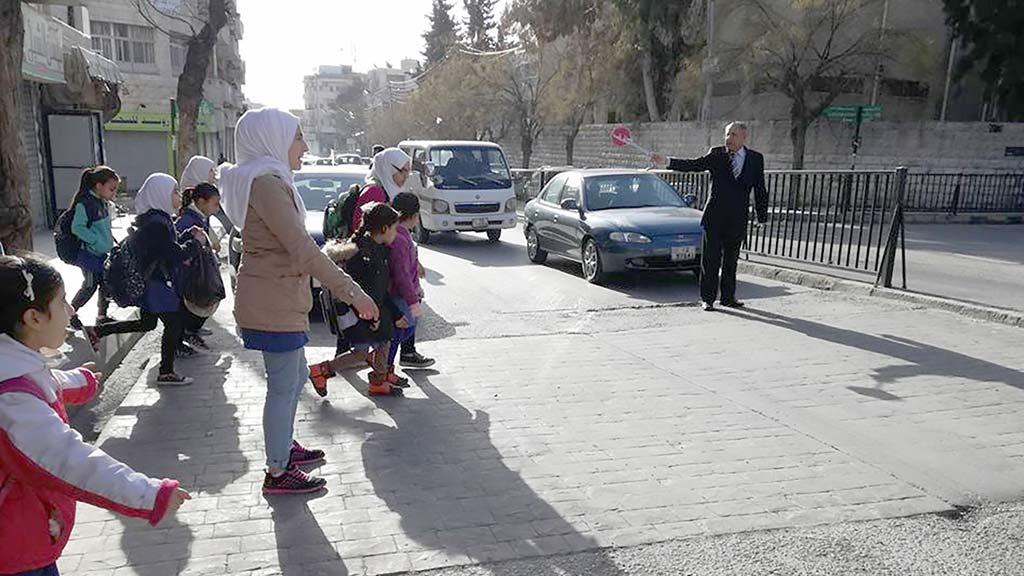 صنّاع الأمل: العم موسى.. النشمي الذي ينقذ تلاميذ المدارس من وحوش الطريق