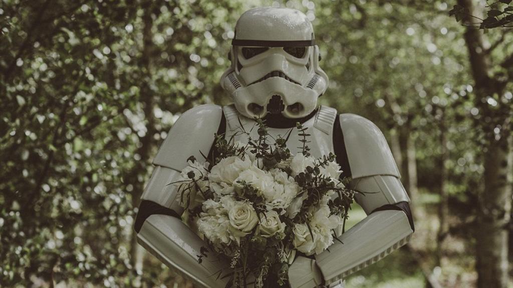 بالصور..عروس تفاجئ عريسها بزفاف على طريقة أفلام Star Wars