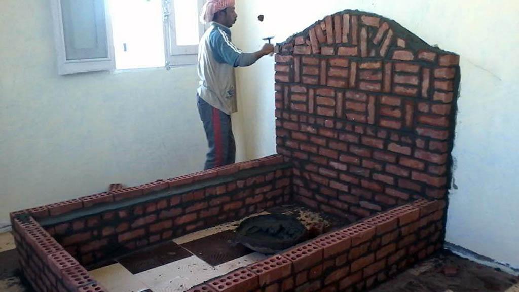 صور: إمام يبني لابنه غرفة نوم زواجه من