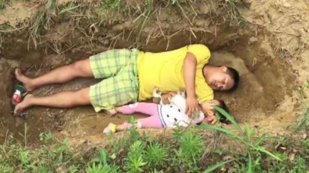 بالصور.. أب يضع طفلته في القبر كل يوم لسبب لا يخطر على البال