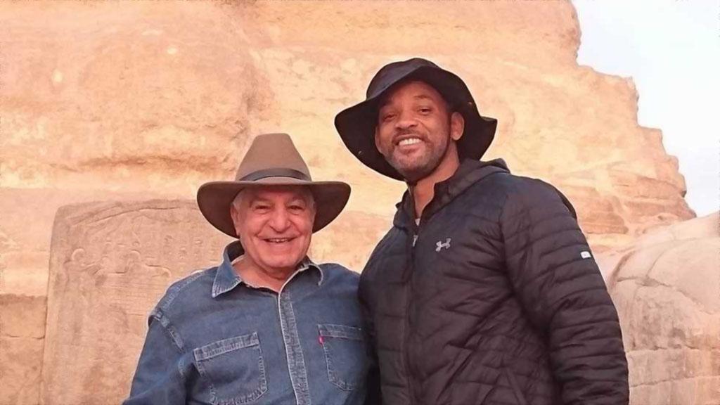 ويل سميث وزاهي حواس الذي يرافقه في رحلته إلى مصر