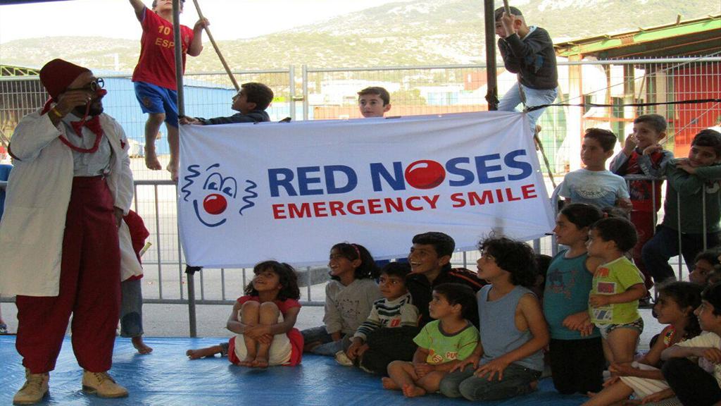 مهرج فلسطيني يوقع الأطفال في حب المشافي
