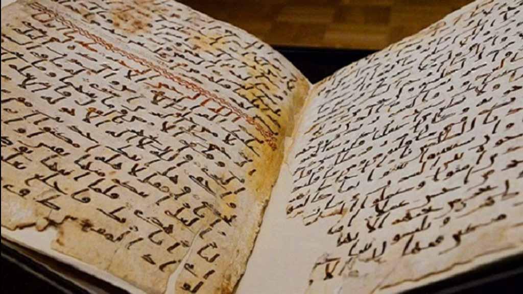 زوار من العالم فاضت دموعهم لرؤية أقدم رقائق القرآن