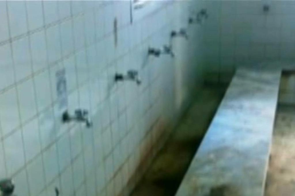 فيديو.. عامل يغسل الأطباق في دورة المياه