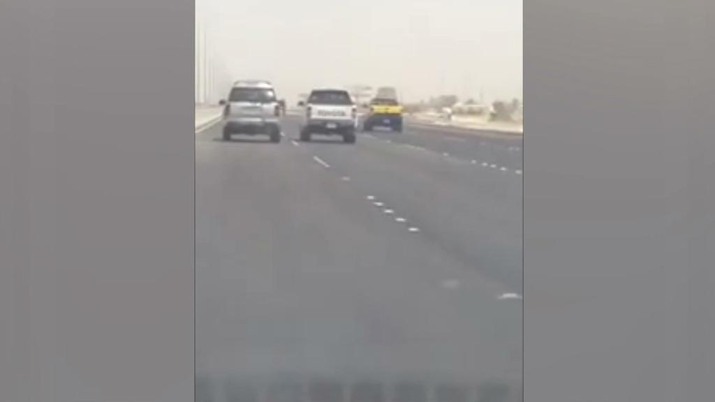 فيديو: تهور سائقين كل منهم يحاول قلب سيارة الآخر على خط الجبيل – الدمام