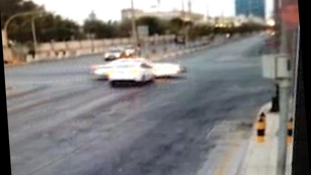 فيديو.. سائق منحوس يصطدم بسيارة الشرطة